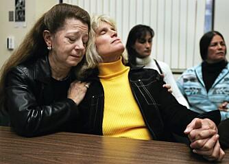 Judy Nemec (til v.), datter av ekteparet Stineman, omfavner politidetektiv Judy Elo, som etterforsket Stinemandrapene, etter at dommen er falt.