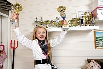 SEIERSJENTA: Celine trener dans tre til fire dager i uken, og øvelse gjør mester. Det vitner medaljehylla hennes om.