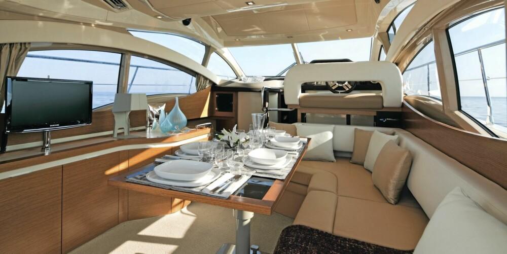 STORT: Azimut 40 er bygget for å gi deg storbåtfølelsen, noe utformingen av salongen er det beste eksempelet på.