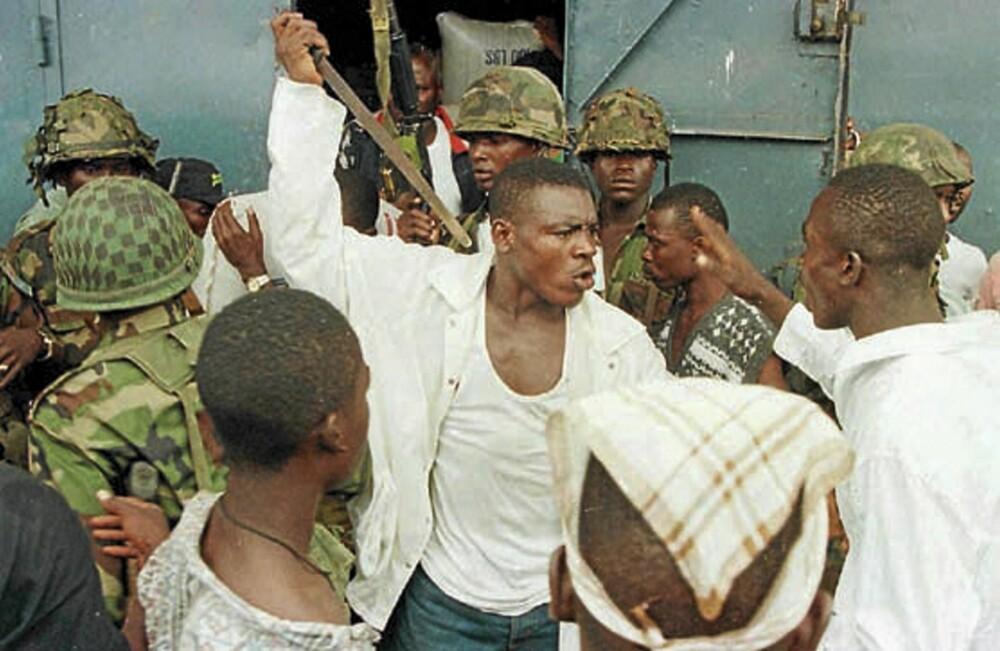 Joshua Blahyi viser sin aggressive side under borgerkrigen i Liberia. Blahyi ble tatt vekk fra moren rett etter fødselen og oppdratt av stammens eldste til å bli en kriger.