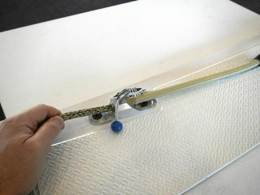 ENKEL: Denne smarte tekstil-låsen fra Cousin Trestec gjør det enkelt å gjøre fast for eksemepel et skjøte, samtidig som det kan løses ut nærmest uansett hvor du befinner deg om bord.
