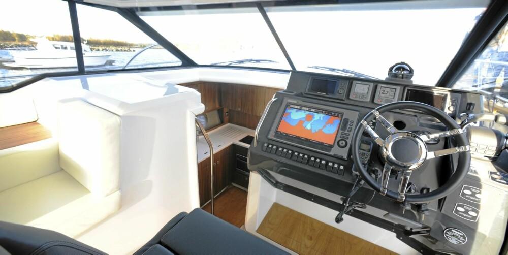 VOLUM: Båten byr på stort volum selv for denne klassen og en annerledes planløsning. I stedet for å kline inn tre kabiner, har man valgt to store sovekabiner.