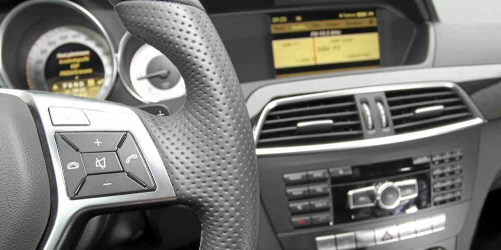 FINE DETALJER: Gode betjeningsløsninger generelt og girhendler på rattet i AMG utstyrspakke.