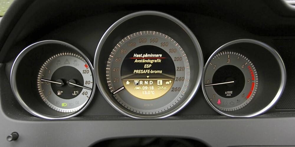 INSTRUMENTERING: Oversiktelige instrumenter og et informativt flerfunksjonsdisplay i speedometeret.