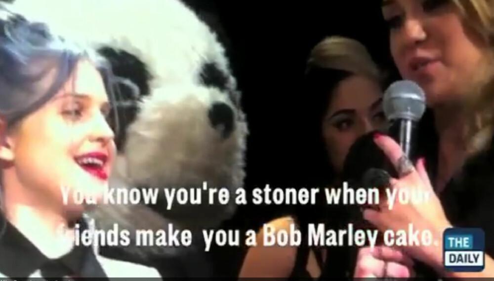 Miley Cyrus har fått rykte i vennekretsen som en storforbruker av marihuana. Kelly Osbourne (t.v.) ga venninnen en Bob Marley-kake på 19-årsdagen.