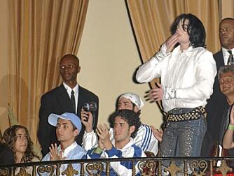 Michael Jackson og Omer Bhatti (i blå cap) var gode venner. Det har i flere omganger blitt spekulert i om Omer var popkongens sønn.