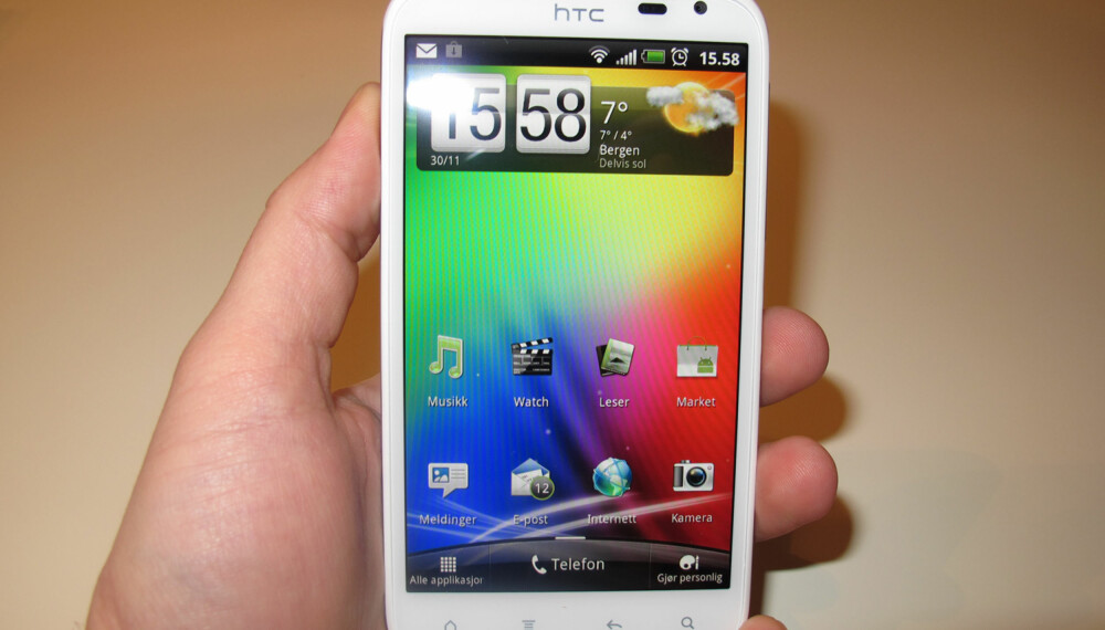 DIGER: HTC Sensation XL har 4,7-tommers skjerm.