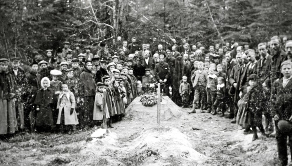 Sykdommer og harde kår krevde sine liv av de norske nybyggerne. Her blir pastor Saugstad lagt i jorden. Han var den første lederen for de norske nybyggerne. Bildet er fra 1897 og er tatt av Simon Bangen.
