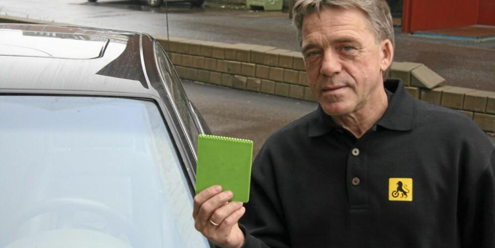 VASK RUTA: Kommunikasjonsrådgiver i NAF, Jan Ivar Engebretsen, anbefaler å gi vinduene en god runde med spylevæske når bilen parkeres for natten. Da slipper du unødvendig slitasje når du skraper is morgenen etter.