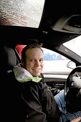 VASK RUTENE: Statoils bilpleieekspert, Anders Hagen, sier at det er viktig å huske på innsiden av rutene også.