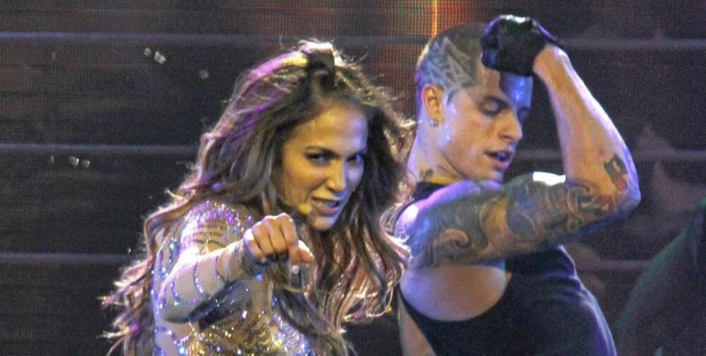 TETT PÅ ELSKEREN: J-Lo har ikke gått over bekken etter vann. Hun har et intimt forhold til danseren Casper Smart. Smart!