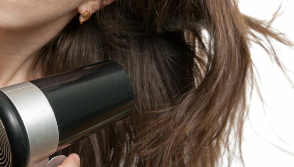 TUNGT: De aller fleste føner håret slik det faller naturlig, eller legger det over på en side og føner der det er tykkest. Ved å gjøre motsatt, børste håret mot vekstretningen og føne fra motsatt side, der det er minst hår, vil du spare verdifull tid om morgenen.