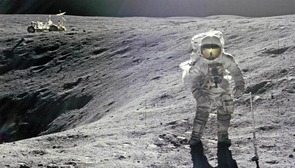 Det øde månelandskapet og erkjennelsen av å stå på et annet himmellegeme forandret Apollo-astronautene for livet. Her Apollo 16-astronaut Charles Duke på utflukt med månebilen i bakgrunnen.