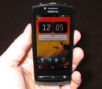 NYE MENYER: Nokia 700 har Symbian Belle, som gir deg oppdaterte menyer som skal være enklere å bruke enn på eldre Nokia-telefoner.