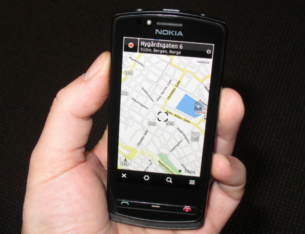 GRATIS GPS: Telefonen leveres med Nokia Maps, som gir deg tilgang til kart og GPS-navigasjon helt gratis.