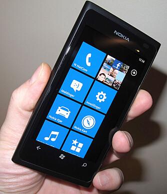 METRO UI: Lumia 800 har Windows Phone 7, og dermed det såkalte Metro UI-menysystemet som du finner på andre Windows-mobiler.