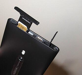 MIKRO-SIM: Lumia 800 bruker mikro-SIM. Dette sitter i toppen, hvor du også finner luken for USB-tilkobling.