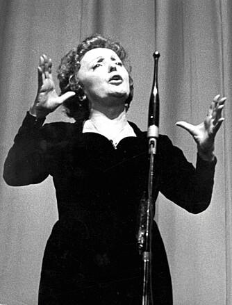 LITEN DAME; STOR STEMME: Edith Piaf, som alltid bar en svart kjole da hun fremførte sanger på scenen, ble kalt «den lille, svarte spurven».