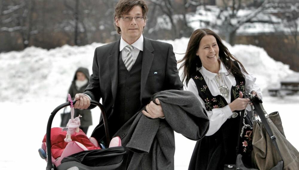 KREATIVT NAVNEVALG: Morten Harket og samboer Inez Andersson har kalt datteren Karmen Poppy Andersson Harket.Her er familien i dåpen til Emma Tallulah Behn.