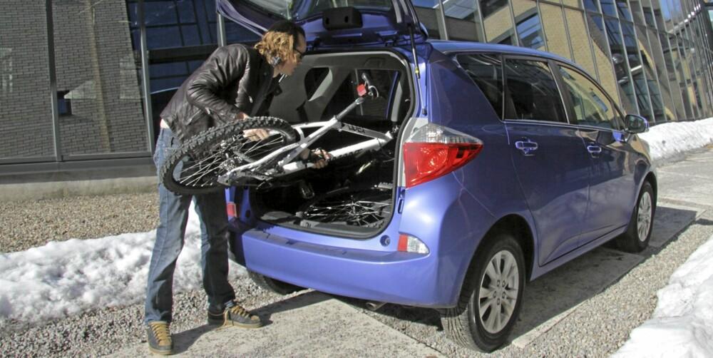 GOD PLASS: Bagasjerommet rommer 430 liter. Slår man ned balseteryggen sklir en sykkel inn uten problemer.