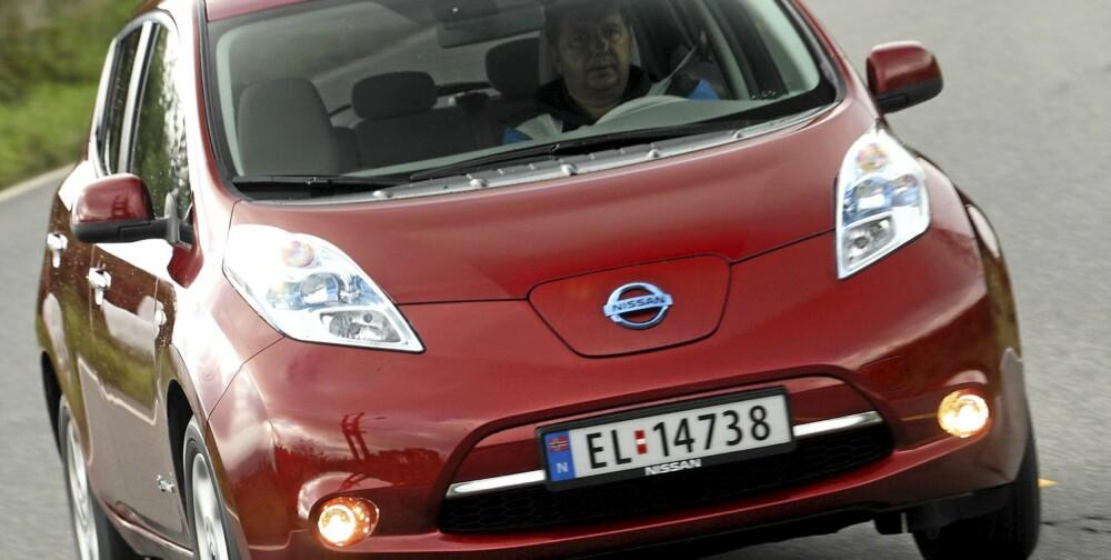 BULENDE LYKTER: Ved siden av og gi bilen særpreg, demper de bulende frontlysene vindstøyen ved å splitte fartsvinden.
