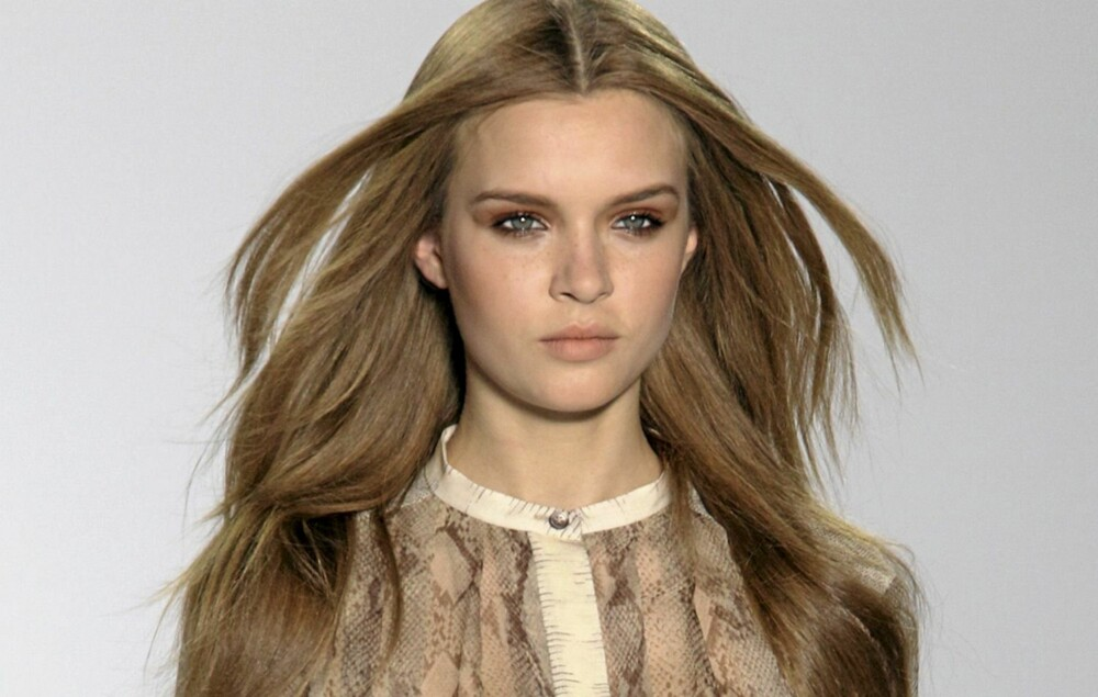 HÅR: Ta en hårkur i håret samme dag som festen, da får du glansfullt hår som varer hele kvelden. Foto: Fashionactive