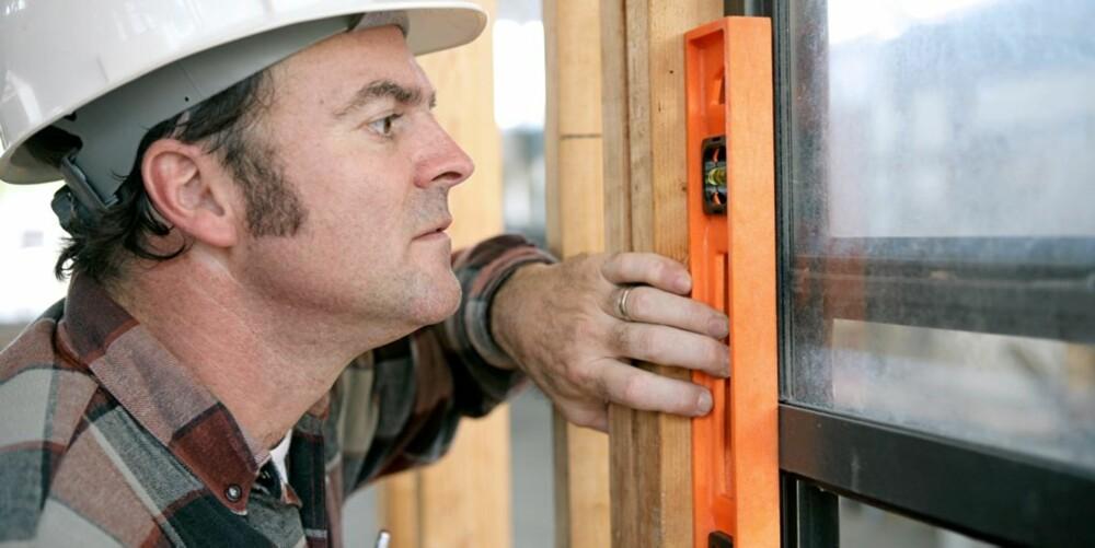 SOMMER, SOL OG VINDUSSKIFT: Mange nordmenn skifter ut vinduene i sommerferien. Det kan bidra til å holde fukten ute, men da i sammenheng med et mekanisk ventilasjonsanlegg.