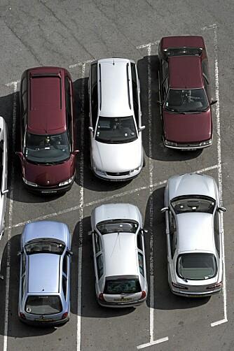 UTSATT: Bilene står tett på parkeringsplassene, og skader på karosseriet oppstår lett. Illustrasjonsfoto: Colourbox.no