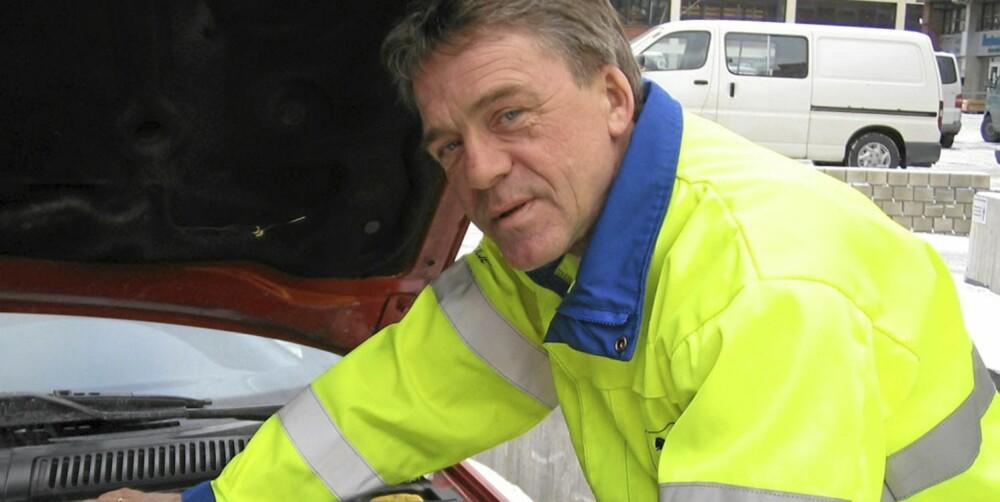 EKSPERT: - Ta en vedlikeholdslading av batteriet. Det reduserer du sjansene for å ende langs veikanten med flatt batteri i kulda, sier Jan Ivar Engebretsen.