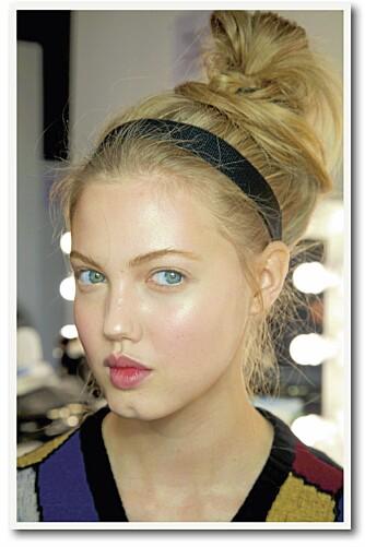 HÅRPYNT: Frisyren til supermodell Lindsey Wixon er utrolig enkel å få til. Sett håret i en tilfeldig, rufsete knute på hodet, ta gjerne i en tørrsjampo eller hårpulver først for å skape volum, og pynt med en enkel hårbøyle eller et skjerf.