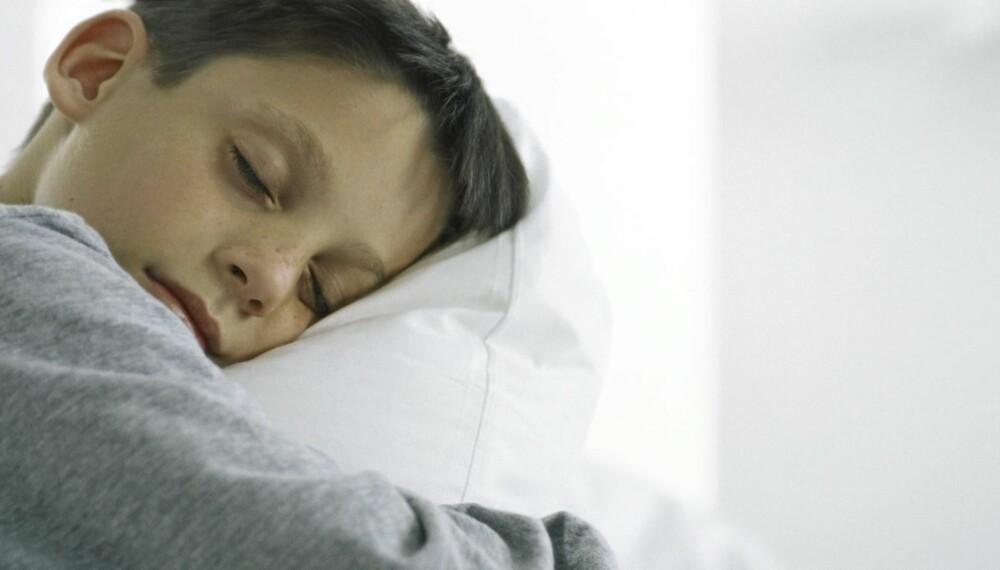 SLITER MED Å VÅKNE: La barnet få god tid til å snakke før det legger seg om kveelden. La det  ta et bad,ro ned og prat, råder ekspertene. Da vil barnet sove bedre og våkne enklere.