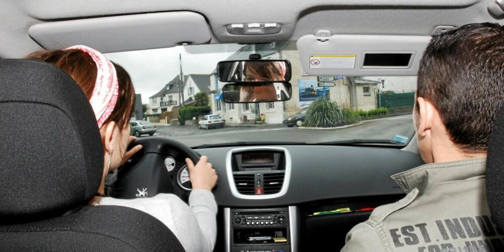 KJØRETIMER: Antallet timer med kjørelærer virker selvsagt sterkt inn på sluttprisen. Illustrasjonsfoto: Colourbox.no