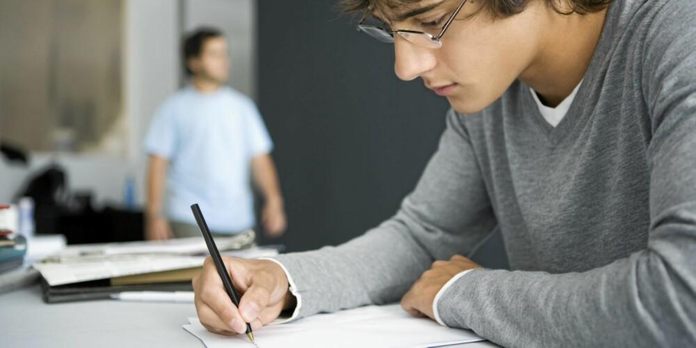 TEORI: I dag må elevene gjennom et omfattende teorikurs. Illustrasjonsfoto: Colourbox.no