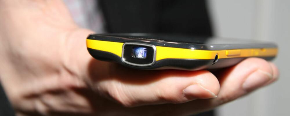 PROJEKTORMOBIL: Samsung Galaxy Beam har en projektorlampe på toppen av telefonen, og kan vise bilder og video rett på veggen.