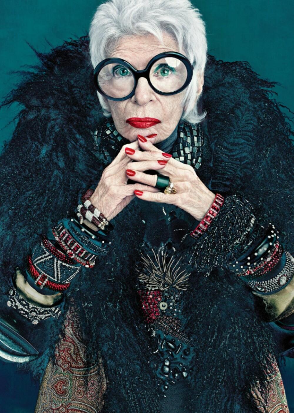 IRIS APFEL: I en alder av 90 ble Iris Apfel valgt til å designe sin egen kolleksjon for makeupmerket Mac. Hun frontet selv kampanjen gjennom blant annet dette bildet.