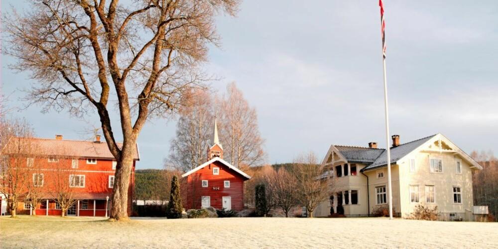 Søndre Vassendrud Gård ligger vakkert til ved sørenden av Krøderfjorden. Familien Fagerli Larsen kjøpte stedet i 2002. Gården kan spores helt tilbake til 1300-tallet, og har hatt fast bosetning siden 1500-tallet. I 1869 ble gården delt i to like store deler, Nordre og Søndre Vassendrud.