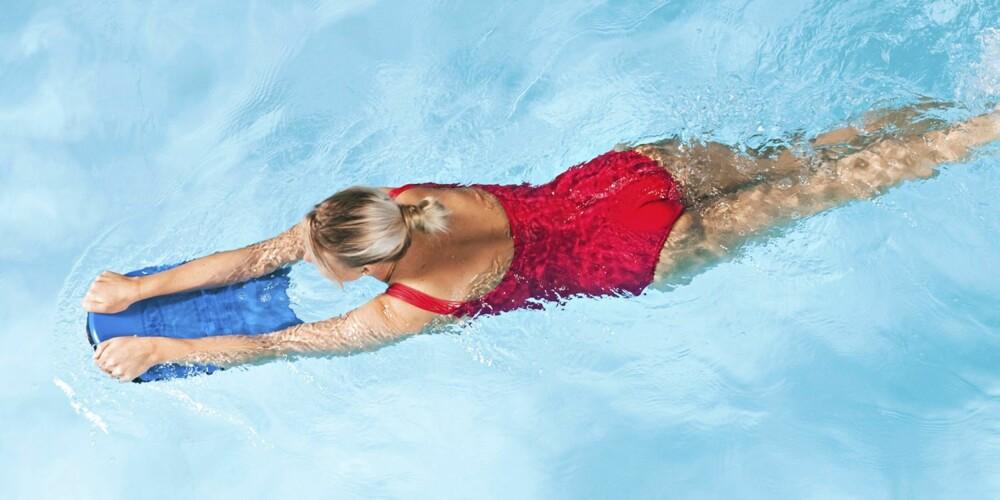 ØVELSE 7 - PADLEREN: Hold et brett i hendene foran kroppen. Skift mellom å padle og ta brystspark. Hold bekkenet stabilt. Bruk kun beina.