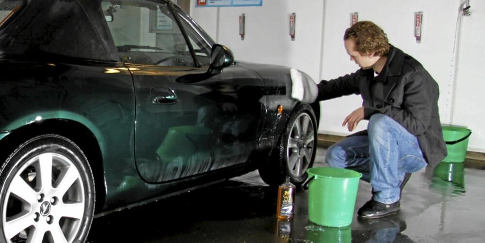 VASK: Bruk en god bilshampo og en vaskevott i microfiber eller lammeull. Disse trekker inn skitten, så du slipper å dra sand rundt på lakken. Bruk også to bøtter - én til såpevann og én til å skylle votten.
