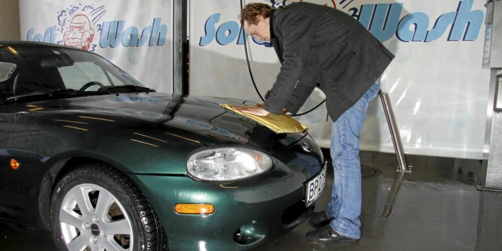 TØRKING: Når du skal tørke bilen er det smart å bruke et microfiberhåndkle. Legg deg på lakken, og la det absobere vannet. Det er ikke smart å dra det rundt, da det fortsatt kan sitte igjen små partikler på lakken.