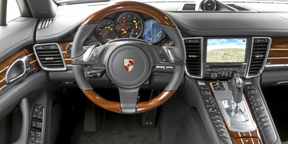 LUKSUS: Mye lær, mange knapper. Men knappene er ikke strødd rundt - de er plassert med en logikk sjåføren fort lærer seg.