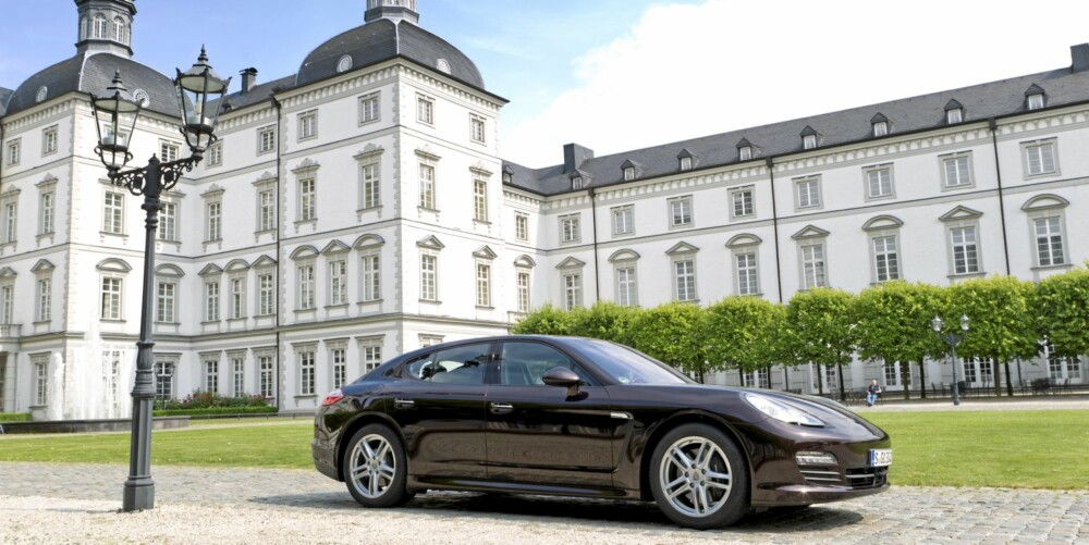 PASSENDE: Foran et tysk slott er Panamera på hjemmebane.
