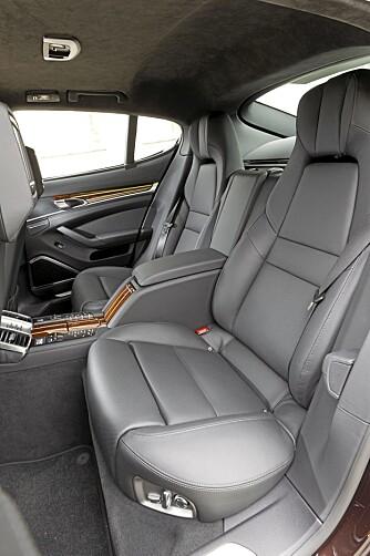 GOD PLASS: Panamera byr på fullverdig sittekomfort også i de to setene bak. Selv lange menn har plass nok.