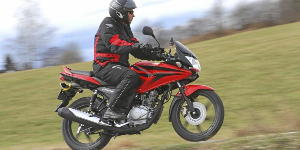 TRYGG SYKKEL: Fin stabilitet, med forutsigbare kjøreegenskaper og god balanse, bidrar til at vi opplever CBF som en trivelig motorsykkel.