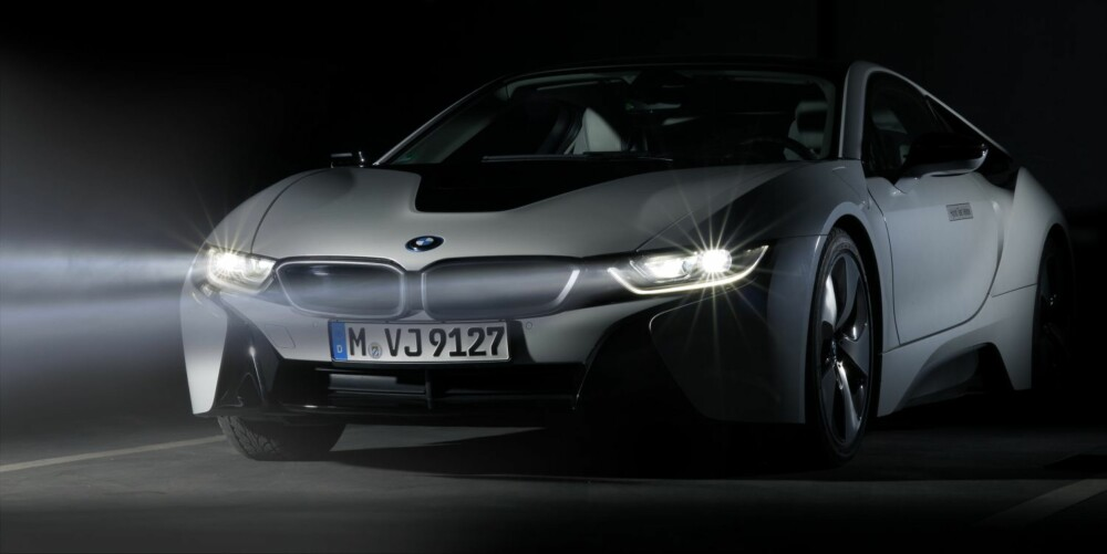 LASERLYS: BMW i8 kan fra høsten av fås med laserlys som ekstrautstyr. Lysene skal ha en rekkevidde på 600 meter. FOTO: BMW