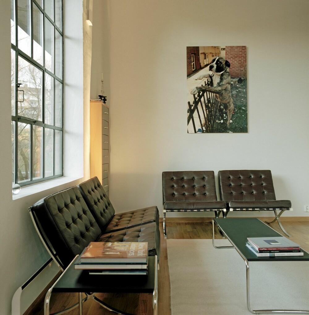 "TO OG TO. Den stramme ""Barcelona""-stolen, tegnet av den legendariske arkitekt Ludwig Mies van der Rohe (1886-1969),  er verdensberømt."