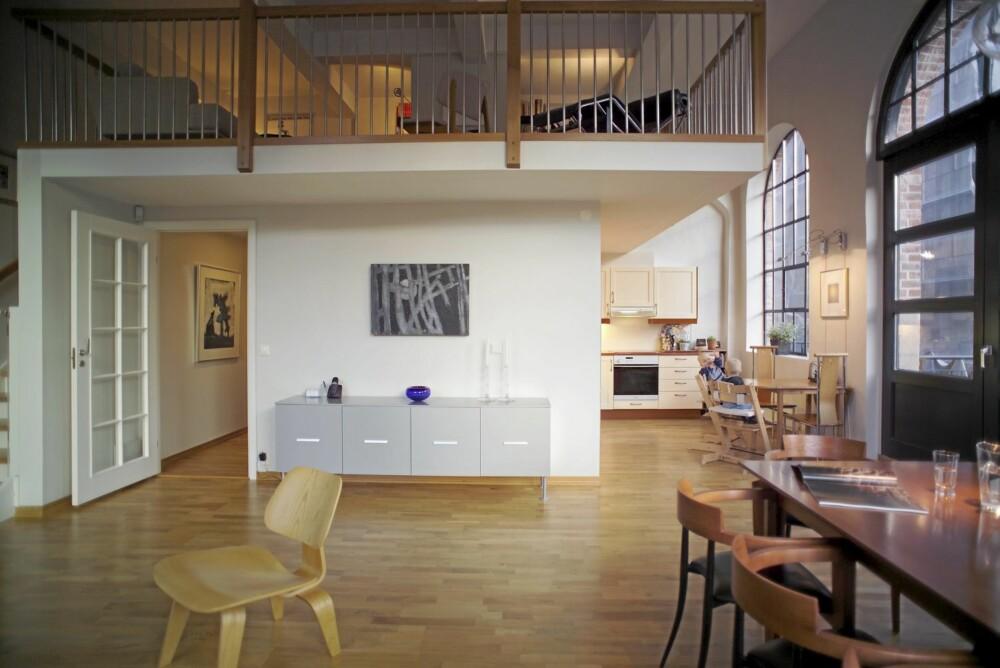"""SVEVER: Mesanin-etasjen svever over det lyse, rommelige hovedplanet i  leiligheten. Stolen Vitra """"Plywood"""" er designet av Charles Eames."""