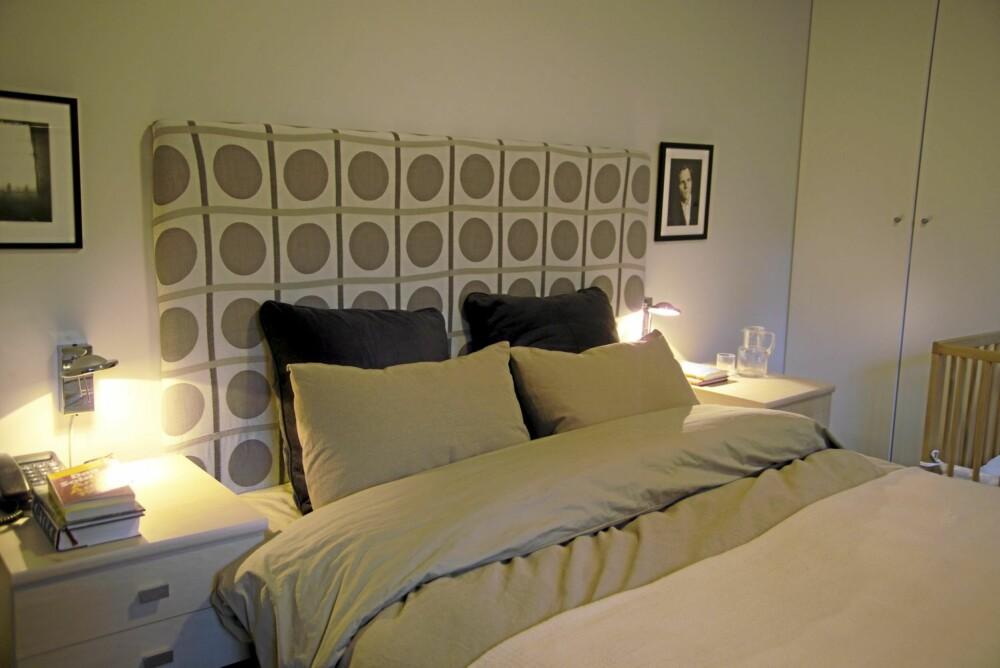 EGENDESIGNET: Hele innredningen i hovedsoverommet, inklusive sengen, er designet av eierne selv.