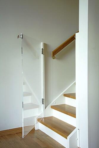 """USYNLIG. Den glassklare barnesikringen i trappen er laget av designgruppen """"K8 """" i Oslo."""