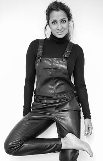 KÅPEELSKER: - Jeg elsker kåper, og har ulike kåper i forskjellige fasonger og tekstiler til hverdag og fest, sier stylist Sheila Lyhne.