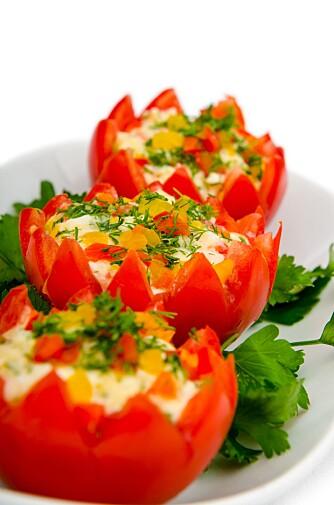 STEKTE RØDE TOMATER: Tomater fylt med russisk salat, paprika, dill og persille.